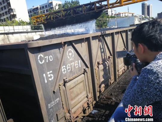 中铁南宁局集团公司采取在货物表面喷洒抑尘胶的方式减少货物扬尘。 蒋雪林 摄