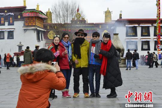 图为在拉萨大昭寺广场合影的游客。 周文元 摄
