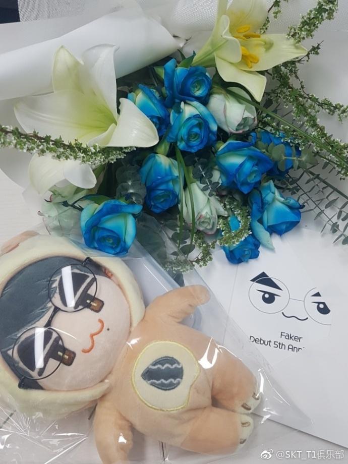 Faker出道五周年 粉丝送SKT战队礼物