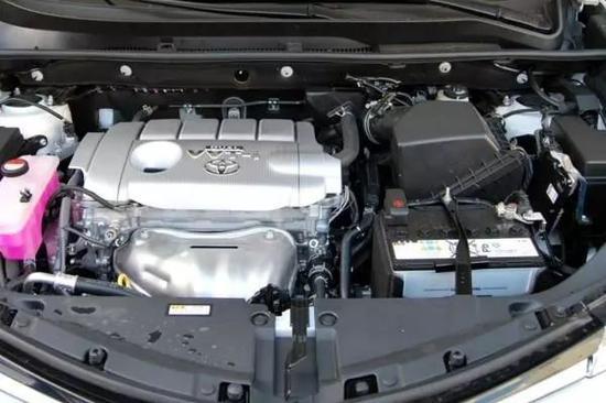 丰田rav4荣放中控台采用对称式设计   搭配了仿木纹饰板及烤漆面板