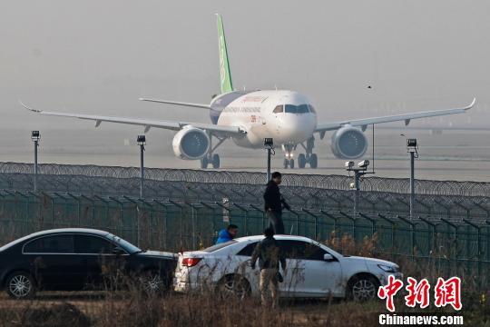 中国商飞C919大型客机第二架机在上海浦东国际机场滑行道上滑行。 殷立勤 摄