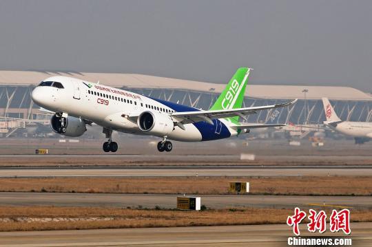 中国商飞C919大型客机第二架机在上海浦东国际机场第四跑道成功起飞。 殷立勤 摄