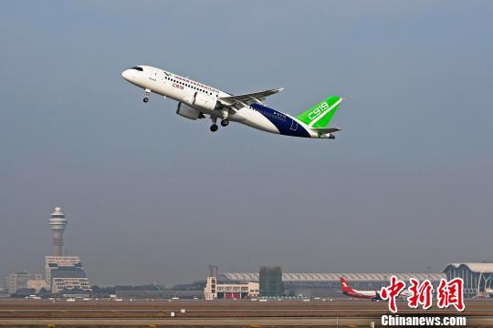 中国商飞C919大型客机第二架机在上海浦东国际机场迎来2018年新春第一次飞行。 殷立勤 摄