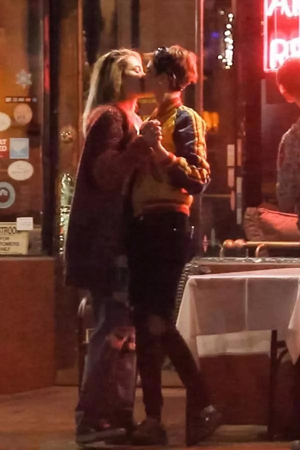 公开接吻!超模卡拉新女友是迈克尔·杰克逊的女儿?