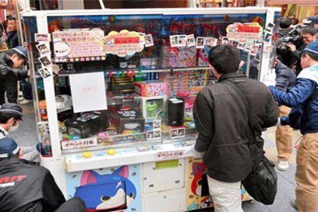 日本最离谱的娃娃机,无良商家为了赚钱,对机器做手脚