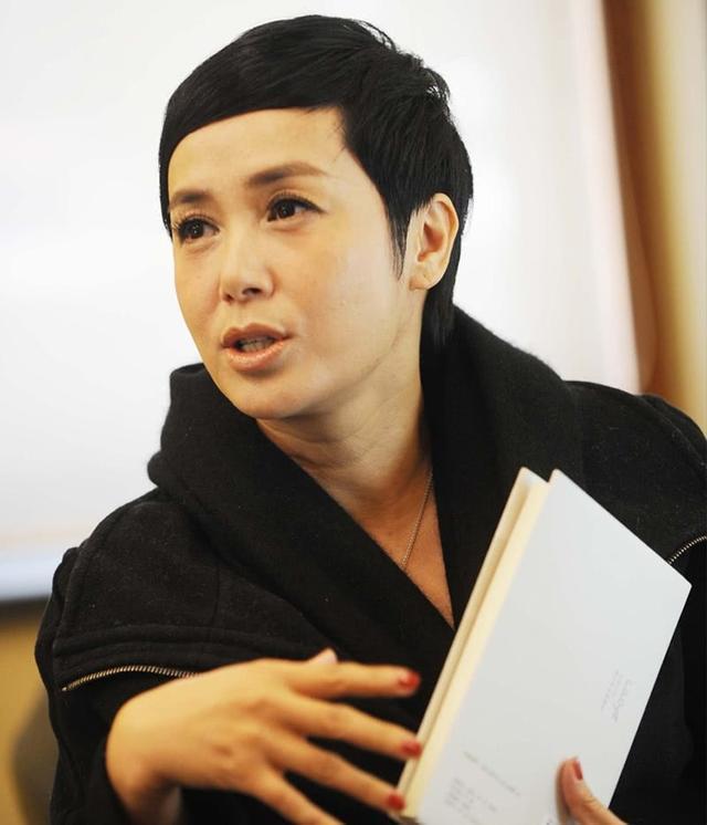 年轻时的徐帆和蒋雯丽一样美得不像话,但冯小刚第一次爱的人是她
