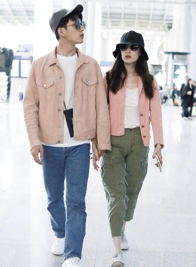 倪妮井柏然情侣装现身机场,甜蜜互动狗粮洒满机场