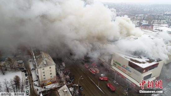 """俄克麦罗沃市一家名为""""冬季樱桃""""的四层楼购物中心发生火灾,火灾导致64人死亡。"""