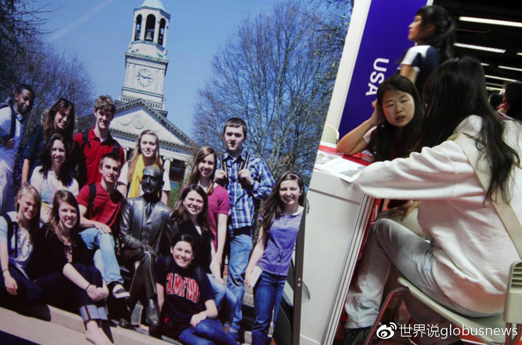 2011年中国国际教育展在北京国际贸易中心开幕,参观者在咨询留学问题来源:视觉中国