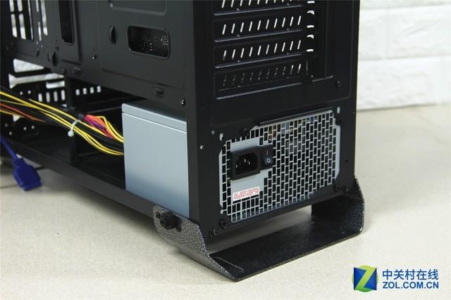 航嘉MVPVision机箱 航嘉MVP系列机箱都结合了宽敞的设计和时尚的表现,而Vision机箱也不例外,三面钢化玻璃可以从更多角度展示硬件之美,开放式设计也可以为不同硬件提供良好的散热环境,下面我们就为您带来航嘉MVPVision机箱的评测。 航嘉MVPVision机箱采用时尚的设计风格,机箱的前部和左右两侧都采用了4毫米钢化玻璃面板,提供了很好的视觉效果,玻璃都采用了弧边设计,有很好的手感避免磕碰。