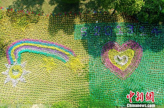 """4月3日,在安徽省合肥市经开区欢乐岛上,由10万只七彩风车和""""玫瑰花海"""