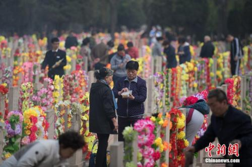 资料图:4月3日,山西省太原市,大批民众在墓园祭奠亲人。 韦亮 摄
