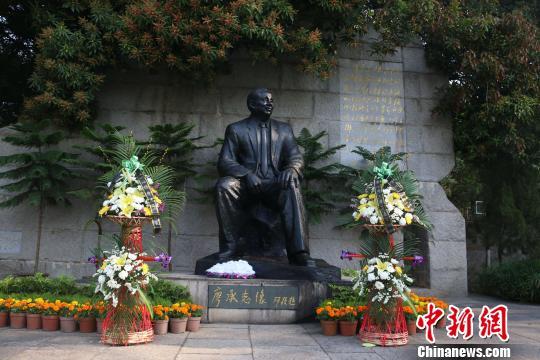 矗立在华侨大学秋中湖畔的廖承志铜像。 柴韵纹 摄