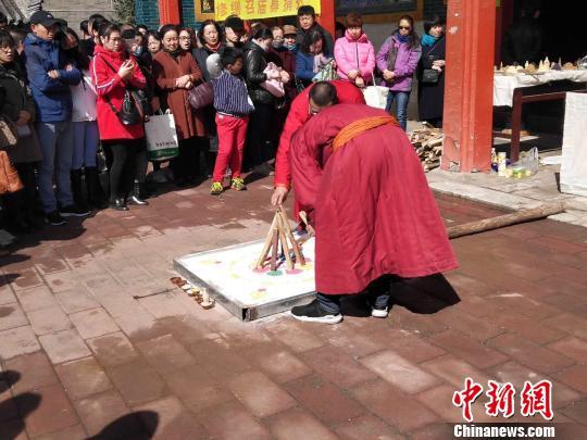 图为僧人进行火供仪式。 乌娅娜 摄