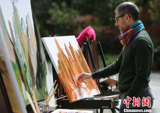 """艺术家在张家界对""""画""""峰林间。 吴勇兵 摄"""