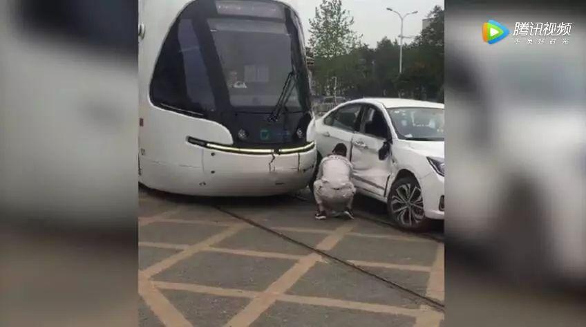 武汉造价千万的有轨电车竟被轿车撞了!维修得花这个数