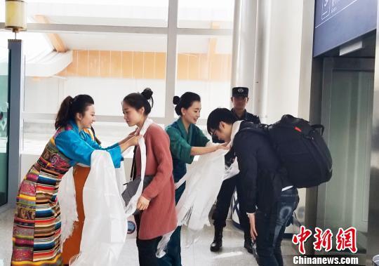 林芝米林机场,西藏航空地服身着藏装为旅客献哈达。西藏航空供图