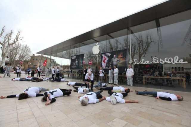 Attac活动人士在法国苹果零售店抗议苹果偷税漏税
