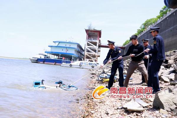 南昌大量共享单车被抛进赣江 城管半天捞出600多辆