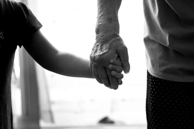 """老人给儿女带二胎 怕生病、死不起,自嘲是""""老年漂"""""""