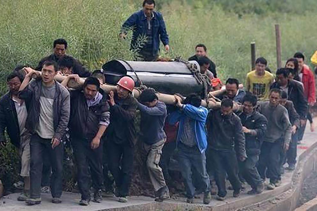 为什么农村老人说,下葬棺材会越抬越重?看完惊出一身冷汗