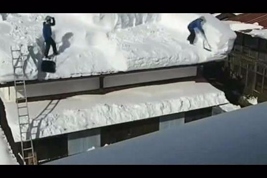 来看看日本人是怎么清理房顶上的积雪的?看到结果原谅我笑出了声