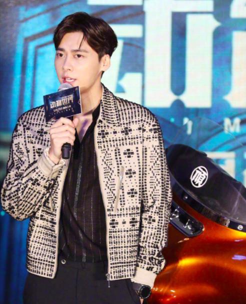 今天李易峰的新电影《动物世界》开了记者会,李易峰身穿复古外套亮相