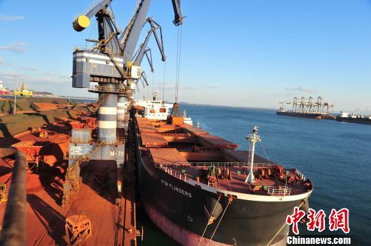烟台港货物吞吐量快速增长。 孙志鹏 摄