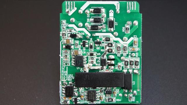 电路板背面,高低压有绝缘塑料片隔离.