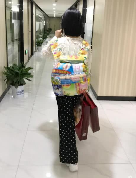 沈月录《快本》回湖南广电探亲 用零食做小书包超有爱