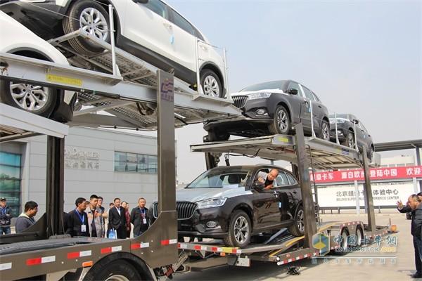现场演示新欧曼ETX中置轴轿运车装卸车过程