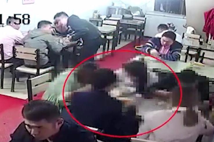 逃犯凌晨下饭馆跟妹子吹牛 正撞见11名便衣民警下班吃饭