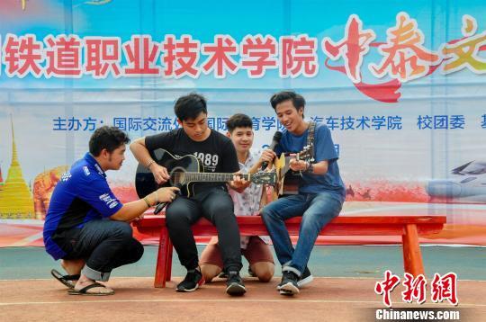 泰国留学生奏唱民歌。 李健榕 摄