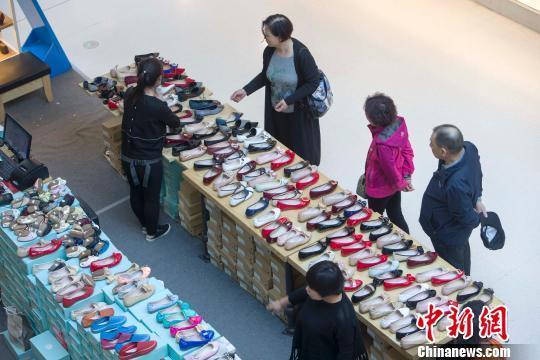 山西太原,民众正在商场选购鞋子。 张云 摄