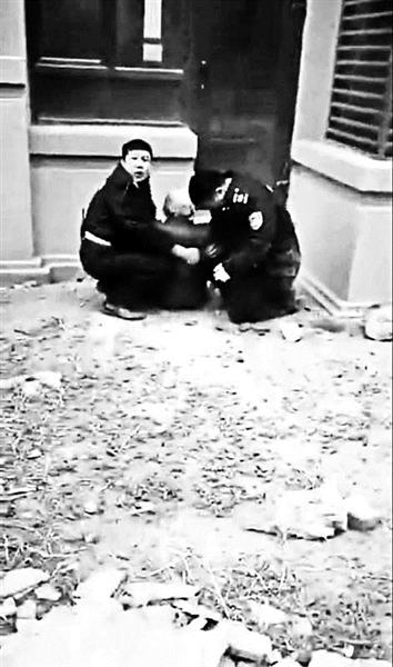 小区保安徒手接住坠楼老大娘:当时被砸跪在地上