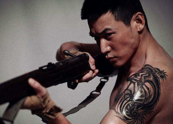 """属龙,而中国又有句俗话说""""金龙盘玉兔""""所以他纹了这个充满爱的纹身"""