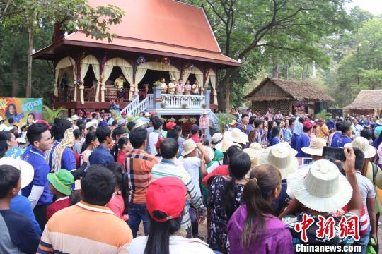 当地民众及游客在吴哥景区内载歌载舞。廖敏佳摄