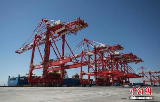 巨大的集装箱迅速被吊起放下,车流不息,然而繁忙的港口内却不见一个人,全球最大的自动化码头上海洋山深水港四期即将于下月(12月)正式开港。据悉,洋山港四期无人码头地下埋藏有61199根磁钉,AGV(无人车)能感知自己的位置。目前,码头正在做最后调试,运营后可使船舶每次靠港减少95%的污染物排放量。未来将成为全球最大规模、自动化程度最高的港区。张亨伟 摄