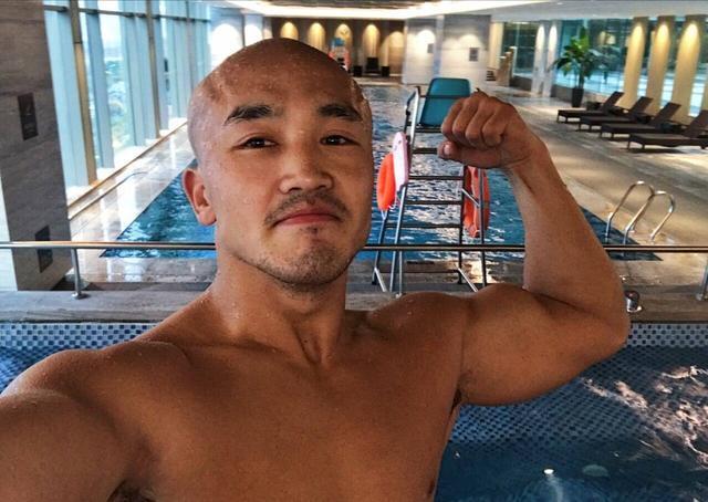 一龙泳池边大秀肌肉呼吁全民健身,粉丝:你是好榜样