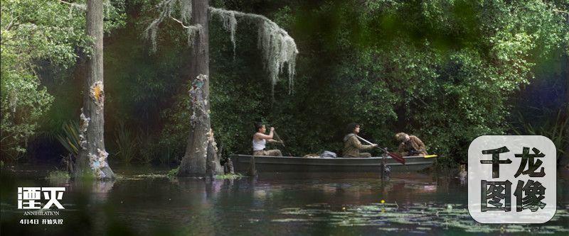 勘探队划船穿越丛林