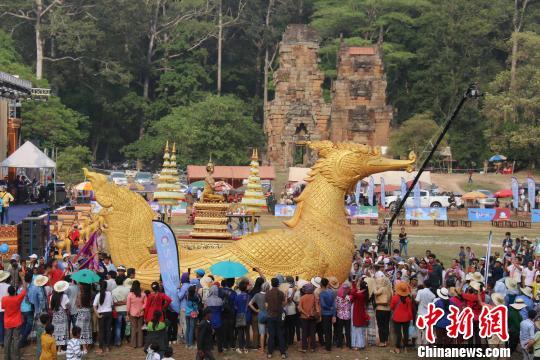 柬埔寨特色民俗文化巡游,吸引大批游客围观。廖敏佳摄