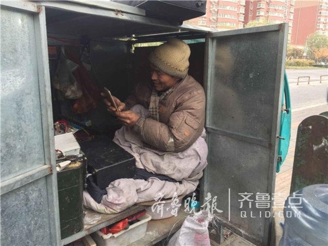 菏泽残疾男子自制手摇车环游中国,欲当一名励