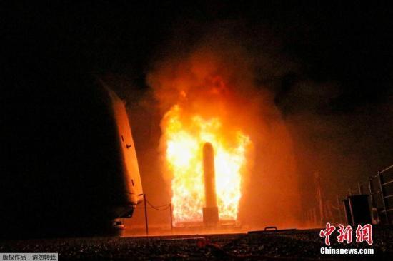 """当地时间2018年4月14日,美国海军公布美国""""蒙特利""""号导弹巡洋舰发射""""战斧""""巡航导弹的画面,对叙利亚数个目标实施打击。"""