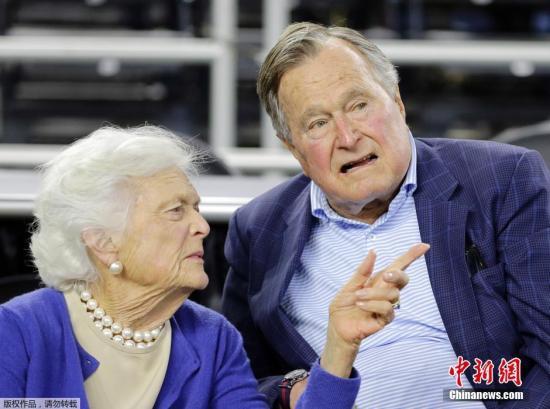 资料图:美国前总统乔治?HW?布什和妻子芭芭拉?布什。