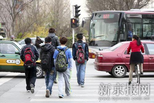 闯红灯就被喷水雾 这款神器能治好中国式过马路吗?