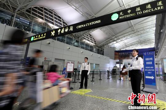 4月20日凌晨,广州海关隶属广州白云机场海关关员指引进境旅客通关 池兆恩 摄