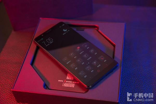 努比亚红魔电竞游戏手机   机身正面,努比亚红魔游戏手机采用6.0英寸18:9比例全面屏,分辨率为21601080,视觉效果更出色,视野更加广阔,为游戏带来更出色的体验。整部手机的机身正面设计格外简洁,我们只能看到听筒和前置镜头,横屏打游戏的过程中也能获得更加沉浸的体验。在手机的右侧,我们还能看到努比亚专为这款游戏打造的竞技键,竞技键采用红色的设计,经CNC工艺打造,拥有菱形纹理,与电源、音量按键区隔开来,只需轻轻拨动即可享受畅快游戏体验。
