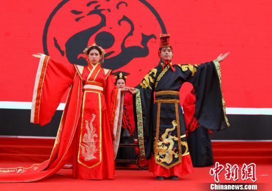 汉式婚礼以周礼为蓝本,以典雅、尊贵、庄敬为气韵,服装和礼仪能很好地展示中国的传统文化和民俗,极具厚重感,被视作体现华夏文化传统的民族婚礼。 陈飞 摄