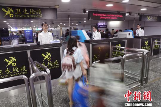 4月20日凌晨,广州海关隶属广州白云机场海关关员对旅客进行卫生检疫 池兆恩 摄