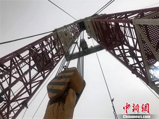 位于西北油田井控实训基地56米高的钻井塔。 迪娜 摄